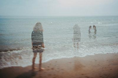 Schemenhafte Frau am Strand - p1529m2116265 von EMMA WOOD