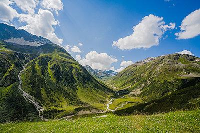 Hügellandschaft im Engadin in der Schweiz - p177m1465961 von Kirsten Nijhof