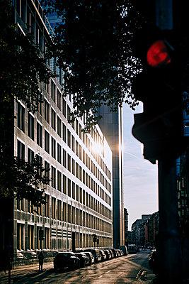 Summer evening in the city - p227m2092793 by Uwe Nölke