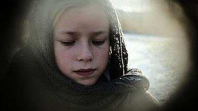 Girl with headscarf, portrait - p945m2152899 by aurelia frey