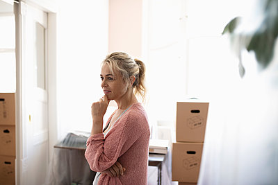Woman moving into new home - p1192m2016759 by Hero Images