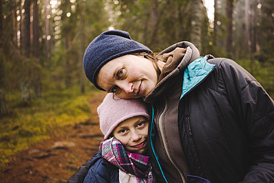 Portrait of mother and daughter - p312m1147632 by Henrik Kindgren