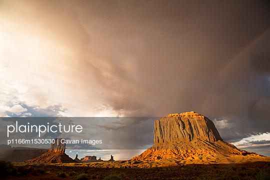 plainpicture | Photo library for authentic images - plainpicture p1166m1530530 - Rock formations at Monument... - plainpicture/Cavan Images