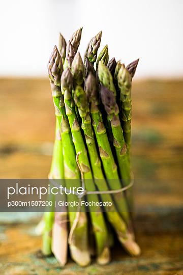 Bunch of green asparagus - p300m1587200 von Giorgio Fochesato
