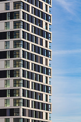 Germany, Stuttgart, modern apartment tower, partial view - p300m1562271 by Werner Dieterich