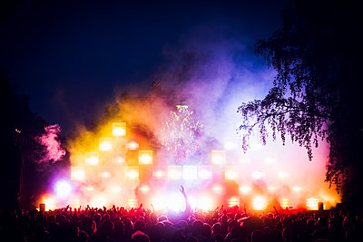Finland, Satakunta, Rauma, Colorful light on stage at pop concert - p352m1350164 by Jukka Aro
