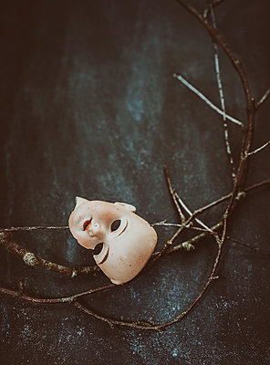 Broken porcelain doll´s head with branches - p971m2063676 by Reilika Landen