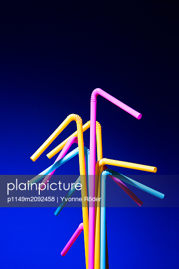 Drinking straws made of plastic - p1149m2092458 by Yvonne Röder