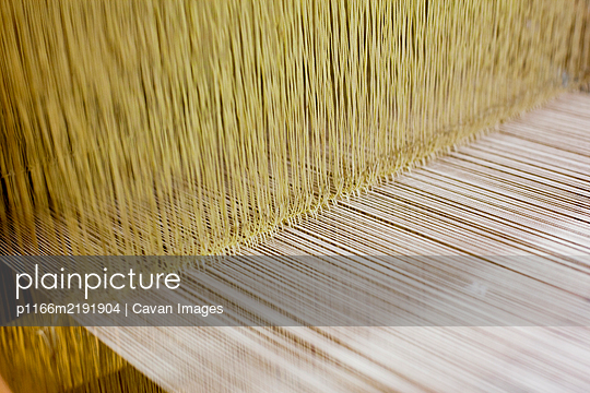 Loom used to weave silk Japanese clothing and accessories - p1166m2191904 by Cavan Images