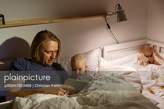 plainpicture | Photo library for authentic images - plainpicture p352m1523499 - Father and daughter reading... - plainpicture/Folio Images/Christian Ferm