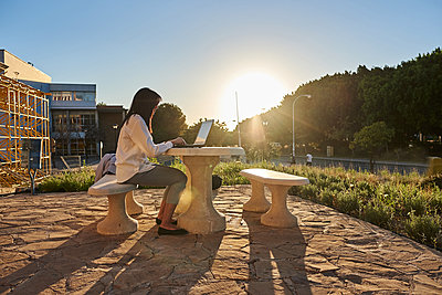 Woman in a park working with the laptop. - p1166m2218296 by Cavan Images