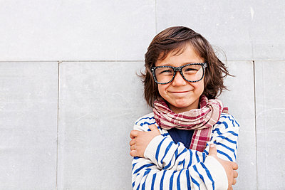 Portrait of grinning little boy wearing scarf and oversized glasses - p300m1188329 by Valentina Barreto