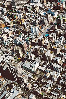 Blick auf Hochhäuser in Tokio - p432m2116058 von mia takahara