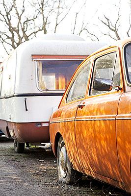 Oldtimer mit Wohnwagen - p606m907383 von Iris Friedrich