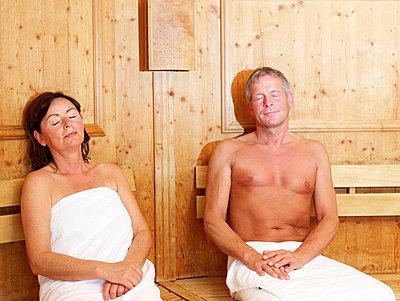 Aelteres Paar entspannt in der Sauna  - p6430304f von senior images RF