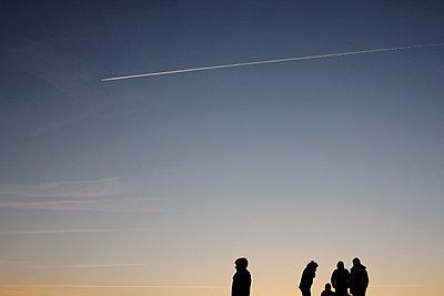 Silhouetten von Menschen im Sonnenuntergang - p1189m1222229 von Adnan Arnaout
