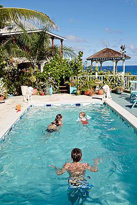 Siblings in the swimming-pool - p1239m1093064 by Krista Keltanen