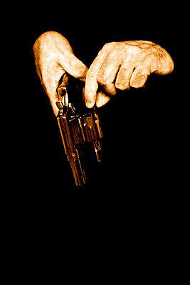 Hände mit Revolver - p3300265 von Harald Braun