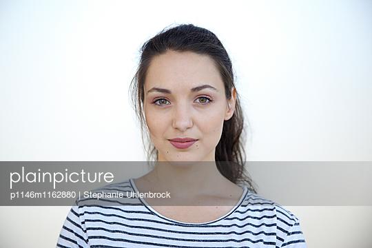Portrait einer jungen Frau  - p1146m1162880 von Stephanie Uhlenbrock