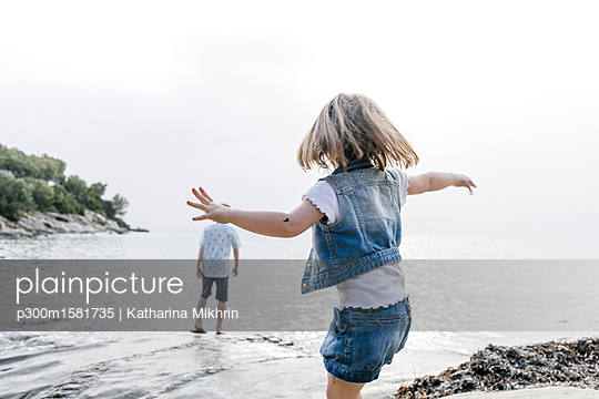 Greece, Chalkidiki, back view of little girl playing on the beach - p300m1581735 von Katharina Mikhrin
