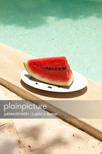 Melon at the pool - p454m2016091 by Lubitz + Dorner