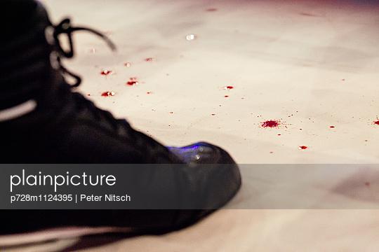 Blut neben Kickboxschuh - p728m1124395 von Peter Nitsch