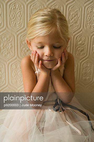 Kleines Mädchen im Tüllkleid - p9200003 von Jude Mooney