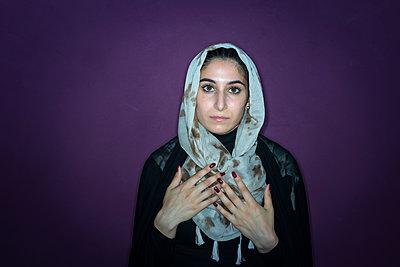 Porträt einer muslimischen Frau mit Kopftuch - p427m1461913 von R. Mohr