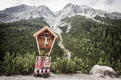 Kinder rasten am Kruzifix - p815m924882 von Erdmenger