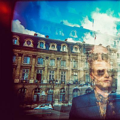 Mann mit Sonnenbrille - p988m2039214 von Rachel Rebibo