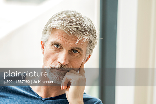 Portrait of a mature businessman - p300m1587290 von Jo Kirchherr