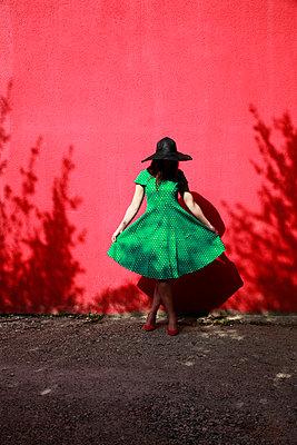 Frau mit Hut und Sommerkleid - p1105m2082582 von Virginie Plauchut