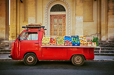 Italy, Apulia, Red vending car for vegetables in Cesareo di Lecce - p300m1180835 by Dirk Kittelberger