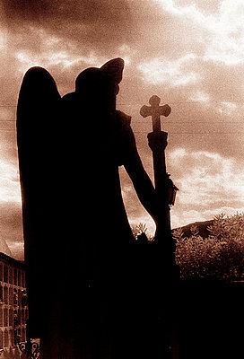 steinerner Engel auf dem Friedhof von Cadaques - p9793418 von Hoschek