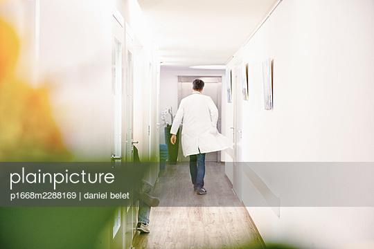 Doctor in a hospital, rear view - p1668m2288169 by daniel belet