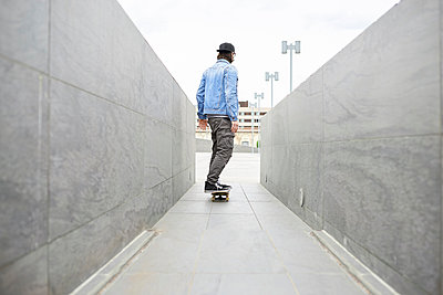 Young man skateboarding in the city - p300m1587595 by Francesco Morandini