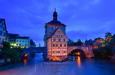 Germany, Bamberg, townhall at blue hour - p300m2028985 by Kontrastlicht