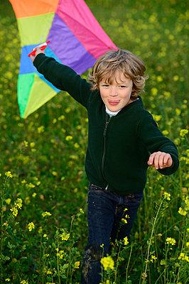 Boy flying a kite on a meadow - p300m2155762 by Eyecatcher.pro