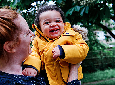 Cheerful son and mother in park - p300m2287191 by Angel Santana Garcia