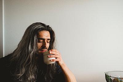 Man holding mug - p312m2139405 by Stina GrŠnfors
