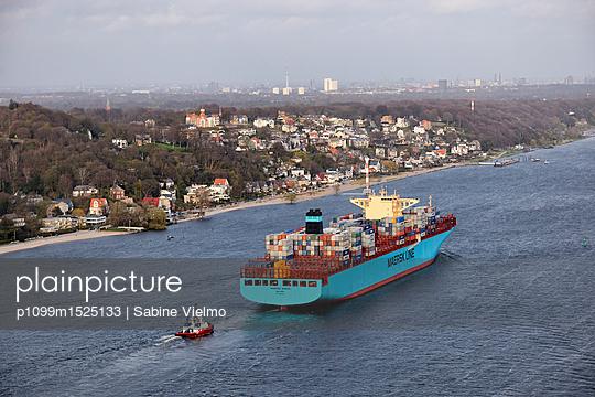 Containerschiff auf der Elbe bei  Anfahrt in den Hafen Hamburg  - p1099m1525133 von Sabine Vielmo