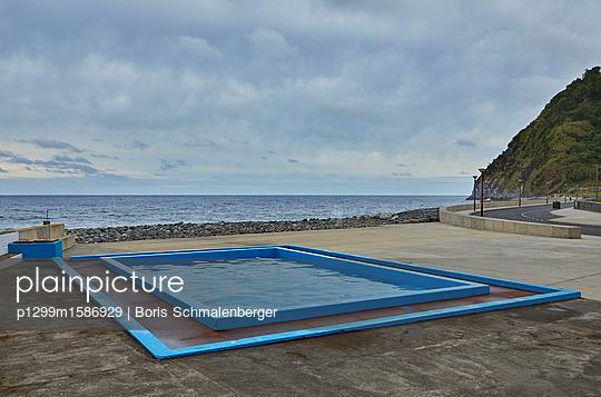 Swimmingpool am Meer - p1299m1586929 von Boris Schmalenberger