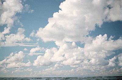Wolken und Meer - p2120076 von Edith M. Balk