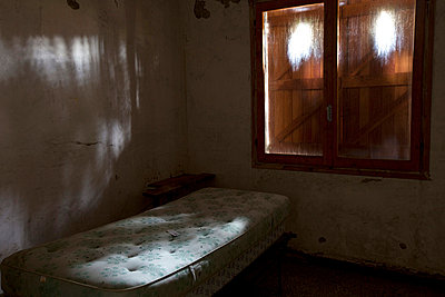 Inside an abandoned house in Liguria in Italy - p3313578 by Andrea Alborno