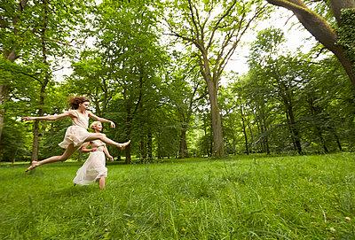 Ballett auf der Wiese - p888m956283 von Johannes Caspersen
