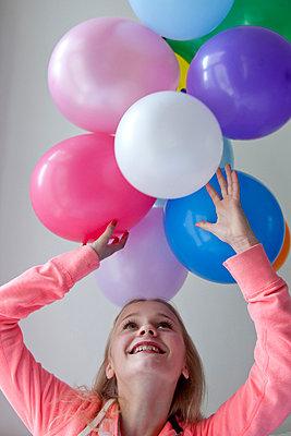 Mit Luftballons spielen - p896m836075 von Caro Bonink