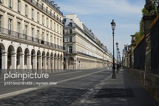 Rue de rivoli, Paris, uring the Covid-19 crisis - p1610m2181459 by myriam tirler