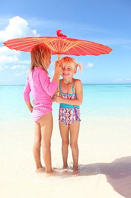Mädchen unterm Sonnenschirm - p045m899646 von Jasmin Sander