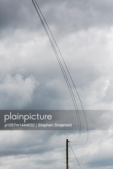 Telefonleitung im Wind - p1057m1444632 von Stephen Shepherd