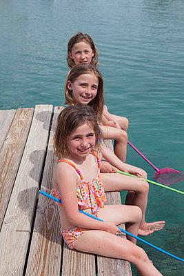 Drei Mädchen mit Catcher auf Pier - p045m1591419 von Jasmin Sander